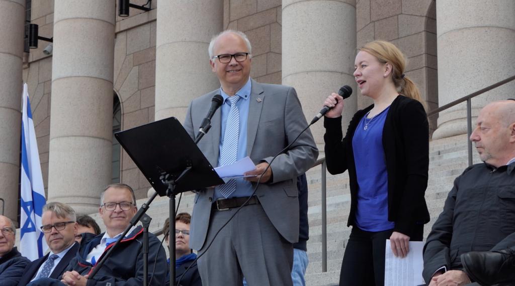 Kaisanvälisen Elämän marssi -liikkeen perustaja pastori Jobst Bittner tulkkinaan Paula Karppanen